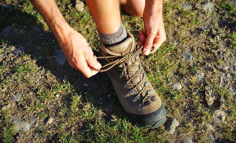 Tying boot laces